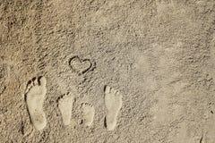 Piedi della famiglia sulla sabbia sulla spiaggia Fotografie Stock Libere da Diritti