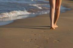 Piedi della ragazza che svegliano sulla sabbia Fotografie Stock Libere da Diritti