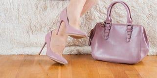 Piedi delle scarpe della borsa di colore della polvere Fotografia Stock Libera da Diritti
