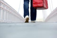 Piedi di camminata di retrovisione con la borsa Immagini Stock