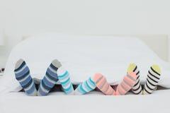 Piedi di Familys nei calzini di stripey Fotografie Stock Libere da Diritti