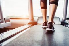 Piedi di funzionamento di allenamento di esercizio della donna Immagini Stock
