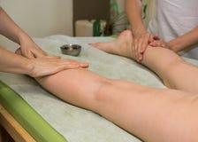 Piedi di massaggio immagini stock
