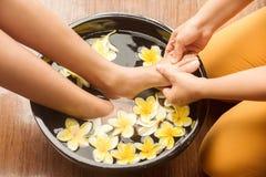 Piedi di massaggio Fotografie Stock