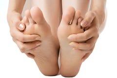 Piedi di massaggio della donna Fotografie Stock