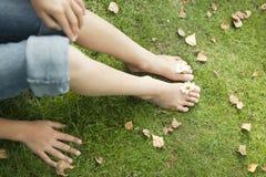 Piedi di picnic con le margherite Fotografie Stock Libere da Diritti