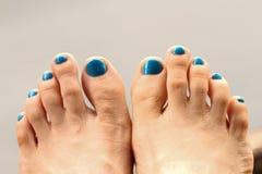 Piedi di ragazza ed unghie del piede Fotografia Stock Libera da Diritti