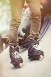 Piedi di rollerblader in-linea aggressivo su skatepark all'aperto fotografia stock libera da diritti