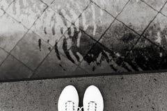 Piedi di scarpe da tennis dell'acqua bianche fotografie stock