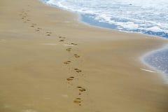 Piedi di stampe sulla spiaggia del mare Immagini Stock Libere da Diritti