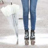 Piedi di stivali di pioggia e concep di stile di vita dell'ombrello, di autunno e di inverno Fotografia Stock