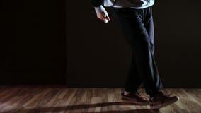 Piedi di un ballerino hip-hop stock footage