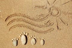 Piedi di una famiglia delle pietre sul mare Immagini Stock Libere da Diritti