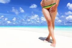 Piedi di una ragazza sulla spiaggia Immagine Stock Libera da Diritti