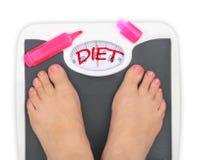 Piedi di Woman s sulla bilancia pesa-persone Fotografie Stock