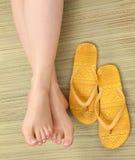 Piedi e flip-flop femminili Immagine Stock