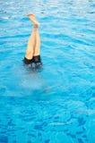 Piedi e gambe dall'acqua nello stagno Fotografia Stock Libera da Diritti