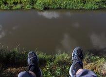 Piedi e un fiume Fotografie Stock Libere da Diritti