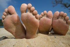 Piedi felici nella spiaggia fotografia stock libera da diritti
