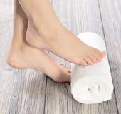 Piedi femminili al salone della stazione termale sulla procedura di pedicure Immagini Stock