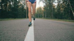 Piedi femminili atletici che corrono nel parco Rallentatore eccellente Fine in su video d archivio