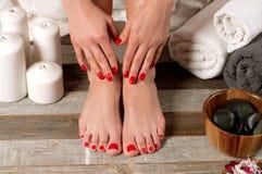 Piedi femminili nel salone della stazione termale, procedura di pedicure immagini stock