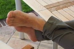 piedi maschii dei talloni delle dita di parti del corpo di resto Fotografie Stock Libere da Diritti
