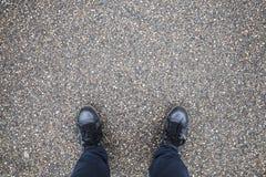 Piedi maschii di supporto sull'asfalto della via fotografie stock