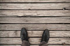Piedi maschii in scarpe di cuoio nere immagine stock libera da diritti