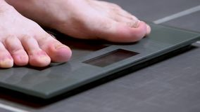 Piedi maschii sulle scale di vetro, la dieta degli uomini, peso corporeo stock footage