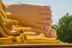 piedi Mya Tha Lyaung Reclining Buddha Pegu Myanma burma immagini stock libere da diritti