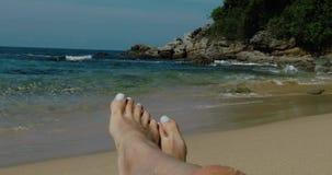 Piedi nella sabbia sulla spiaggia video d archivio