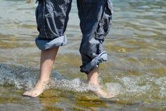 A piedi nudi in acqua Fotografia Stock