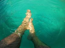 Piedi nudi in acqua della piscina Immagine Stock