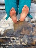 Piedi nudi che scaldano ad un fuoco di accampamento in inverno Immagini Stock Libere da Diritti