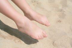 Piedi nudi del bambino sulla sabbia, Immagini Stock