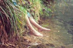 Piedi nudi del fiume Un bambino che gode dell'aria aperta Fotografia Stock