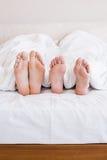 Piedi nudi delle coppie gay fuori dalla coperta Fotografia Stock Libera da Diritti
