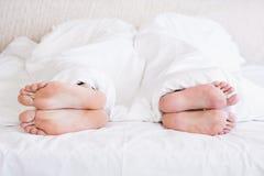 Piedi nudi delle coppie gay fuori dalla coperta Immagine Stock Libera da Diritti