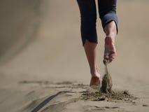 Piedi nudi di pareggiare/che cammina della giovane donna sulla spiaggia Immagine Stock Libera da Diritti