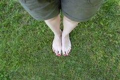 Piedi nudi nel fondo dell'erba Immagini Stock Libere da Diritti