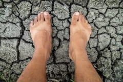 A piedi nudi sul pavimento incrinato del fango Immagini Stock Libere da Diritti
