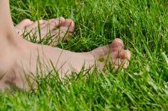 A piedi nudi sull'erba Immagini Stock Libere da Diritti