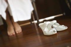 Piedi nuziali piacevoli della donna e delle calzature in camera da letto Immagine Stock Libera da Diritti