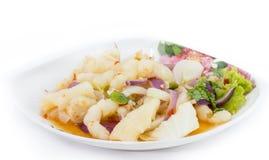Piedi piccanti di insalata di pollo su fondo bianco fotografie stock