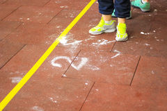 Piedi in scarpe da tennis sul pavimento Fotografia Stock Libera da Diritti