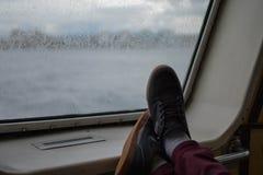 Piedi su una barca Immagini Stock Libere da Diritti