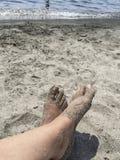 Piedi su una spiaggia sabbiosa di estate Immagine Stock Libera da Diritti