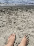 Piedi su una spiaggia sabbiosa di estate Fotografie Stock