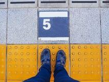 Piedi sul binario numero 5 alla stazione ferroviaria Fotografia Stock